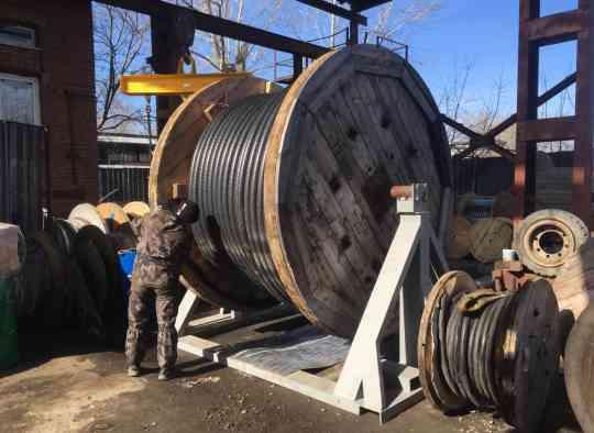 кабель на станке для отмотки